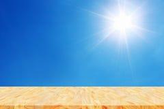 de lege houten vloer of het stadium voor vertoning met zon glanzen op blauw Royalty-vrije Stock Foto's