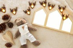 De lege huizen geven houten fotokaders over comfortabel en warm bonttapijt gestalte Voor fotografiemontering Hoogste mening royalty-vrije stock foto