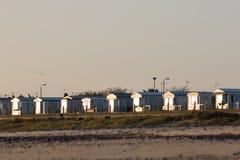 De lege huizen van de strandvakantie Het chalet van de kustvakantie brengt de winter het UK onder stock foto