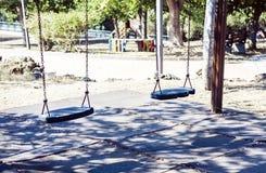 De lege kinderen slingeren in Park Gioeni, Catanië, Sicilië, Italië stock afbeeldingen