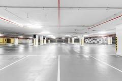 De lege ondergrondse achtergrond van de Parkerengarage Royalty-vrije Stock Fotografie