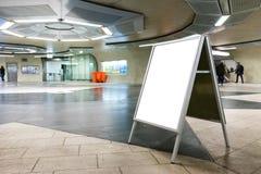 De lege Ondergrondse Lege Ruimte van de Metroreclame binnen Inter stock afbeeldingen