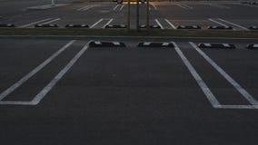 De lege parkeerterreinen schoten in 80 langzame motie tijdens gouden uurzonsondergang bij een winkelcomplex stock video