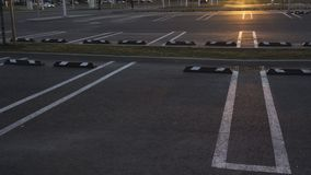De lege parkeerterreinen schoten in 80 langzame motie tijdens gouden uurzonsondergang bij een winkelcomplex stock videobeelden
