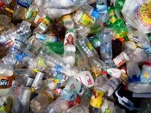 De lege plastic flessen voor dranken worden geworpen in het afval Stock Afbeeldingen