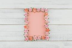De lege roze kaart verfraait met roze roze document Stock Fotografie