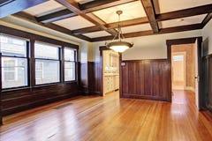De lege ruimte met houten met panelen beklede muren en coffered plafond Royalty-vrije Stock Afbeelding