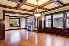 De lege ruimte met houten met panelen beklede muren en coffered plafond Royalty-vrije Stock Foto's