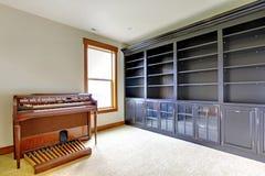 De lege ruimte van het bibliotheekbureau met piano. Het nieuwe binnenland van het luxehuis. Royalty-vrije Stock Foto's