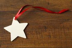 De lege ster gevormde document markering van de Kerstmisgift met rood lint op ru stock afbeeldingen