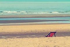 De lege stoelen op het strand voor ontspannen verwerkt in uitstekende stijl Royalty-vrije Stock Afbeelding