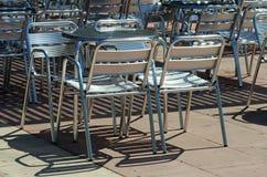 De lege stoelen van de straatkoffie Royalty-vrije Stock Afbeeldingen