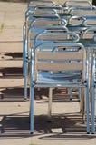 De lege stoelen van de straatkoffie Stock Afbeelding
