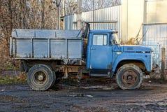 De lege tribunes van de vracht oude auto op de straten in de modder Stock Foto