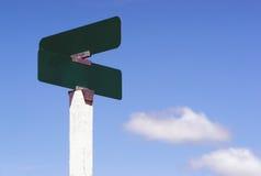 De lege van de de Straatweg van Tekenskruispunten Wolken van de het Teken Blauwe Hemel stock fotografie