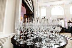 De lege wijnglazen op een lijst, sluiten omhoog royalty-vrije stock fotografie