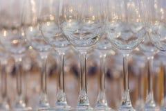De lege wijnglazen, sluiten omhoog rij van lege glazen in restaurant Stock Afbeelding