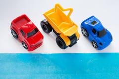 De lege witte achtergrond verfraait met miniatuur kleurrijke auto's Vlak leg, Hoogste mening royalty-vrije stock foto's