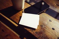 De lege Witte Houten Lijst van het Adreskaartjemodel haalt de Stadskoffie weg van de Koffiekop Het moderne Vage Bureau van het Te Stock Foto