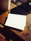 De lege Witte Houten Lijst van het Adreskaartjemodel haalt de Stadskoffie weg van de Koffiekop Klaar Vaag het Werk Modern Bureau  Stock Foto