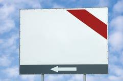 De lege witte ruimte, rode en grijze bar en de pijl van het aanplakbordexemplaar, over de heldere zomer cloudscape Stock Afbeelding
