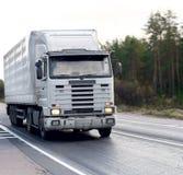 De lege witte vrachtwagen van de tractoraanhangwagen van Stock Fotografie