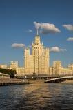 De legendariska Moscow skyskraporna Arkivbilder