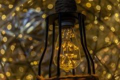 De LEIDENE Retro stijl van Lightbulb met achtergrond van de onduidelijk beeld de lichte punt royalty-vrije stock foto's
