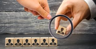 De leider bouwt team van kubussen met werknemers Zakenman op zoek naar nieuwe werknemers en specialisten personeelsselectie en stock fotografie