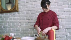 De leider die salade, vrouw voorbereiden maakt tot een gezonde organische salade, mengelingen het 4k stock video