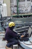 De leider die van de torenbemanning aan de plaats van de celtelefoon werken Stock Afbeeldingen