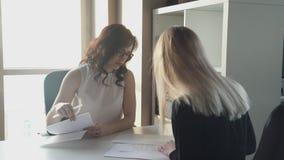 De leider geeft de vrouw om de arbeidsovereenkomst te ondertekenen wanneer het huren stock video