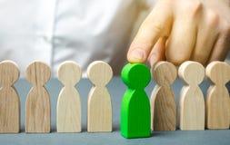 De leider kiest de persoon in het team Begaafde arbeider Hurend personeel Het onderzoek van de werknemer bevorder Menselijk midde royalty-vrije stock afbeeldingen