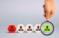 De leider kiest de persoon in het team Begaafde arbeider Onderneemster en een grote groep bedrijfsmensen Het werk personeelsbehee stock fotografie