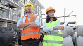 De leider van het bouwersteam bij bouwwerf stock videobeelden