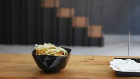 De leider zet noedels met kip en groenten in Japanse stijl Stock Afbeeldingen