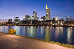 De Leiding van de rivier in Frankfurt bij Nacht Royalty-vrije Stock Foto