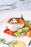 De leiding van restaurantvissen met rosted groenten Stock Foto