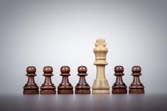 De leidingsconcept van de schaakkoning over grijze achtergrond Royalty-vrije Stock Foto