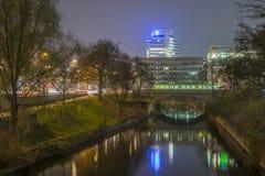De Leine-rivier in Hanover bij avond Stock Fotografie