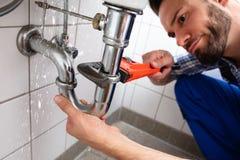 De Lekkage van loodgieterrepairing sink pipe stock afbeelding