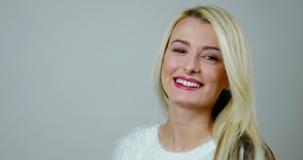 De lengte van de close-upstudio van lach van een de aantrekkelijke blondemeisje stock video