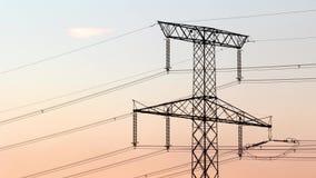 De lengte van de tijdtijdspanne van elektriciteitspyloon bij zonsondergang stock videobeelden