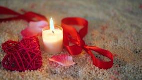 De lengte van decoratie Valentine, nam bloem, kaars het branden en lint toe stock video