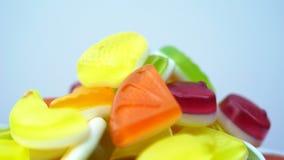De lengte van het heldere smakelijke kleurrijke suikergoed van de marmeladegelei roteert stock video