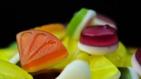 De lengte van het heldere smakelijke kleurrijke suikergoed van de marmeladegelei roteert stock footage