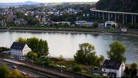 De lengte van de tijdtijdspanne van vervoer, auto's op de weg, schepen op de rivier, trein op de sporen