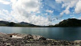 De lengte van de tijdtijdspanne Weergeven aan het mooie bergmeer in het zonnige weer stock videobeelden