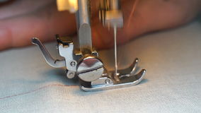 De lengte van vrouw naait op de naaimachine HD stock video