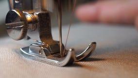 De lengte van vrouw naait op de naaimachine HD stock footage